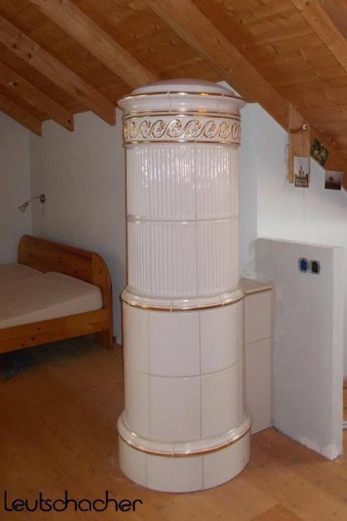 kachelofen elektrisch beheizt kachelofen mit strom ofenkacheln von leutschacher. Black Bedroom Furniture Sets. Home Design Ideas