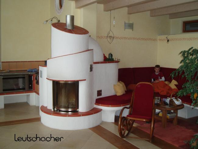 kachelofen rund ofen gemauert und verputzt leutschacher. Black Bedroom Furniture Sets. Home Design Ideas