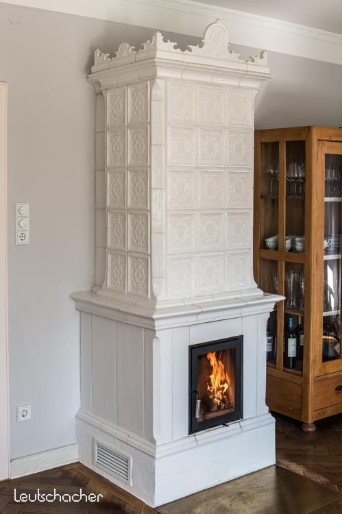 kachelofen gr nderzeit leutschacher stilofen ofen klassisch wei mit krone. Black Bedroom Furniture Sets. Home Design Ideas